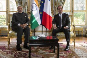 وزیر اعظم نریندر مودی اور سابق فرانسیسی صدر فرانسوا اولاند (فائل فوٹو : رائٹرس)