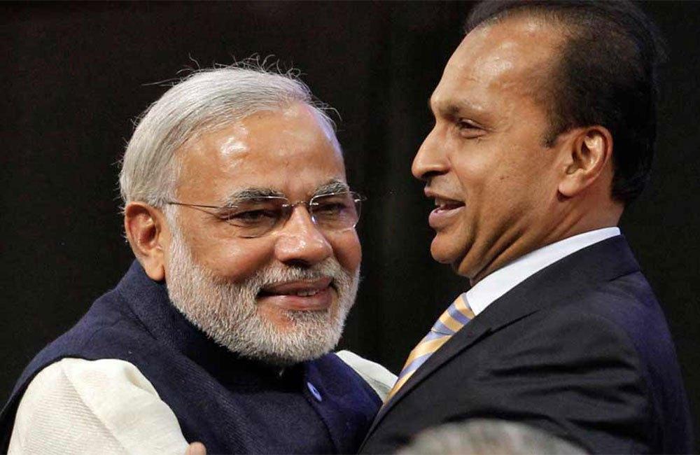 وزیر اعظم نریندر مودی کے ساتھ انل امبانی۔ (فائل فوٹو : رائٹرس)