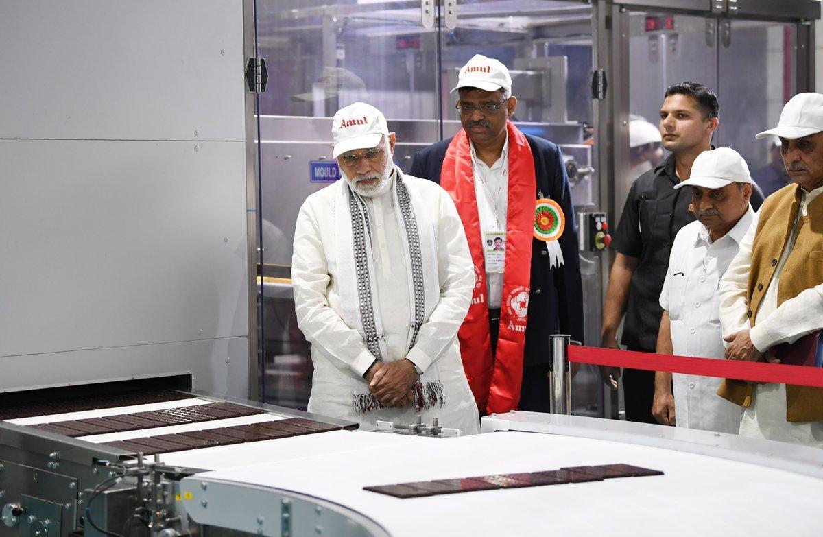 گجرات میں امول کے کارخانے میں وزیر اعظم نریندر مودی،فوٹو:@narendramodi/twitter