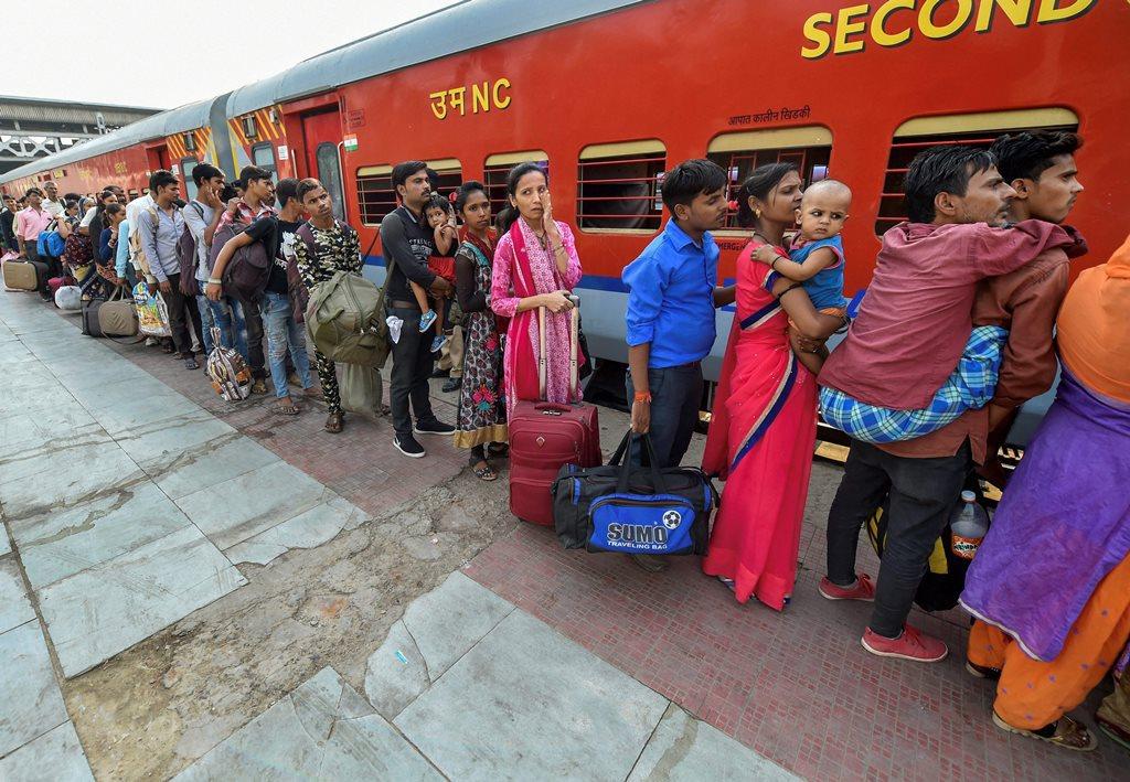گجرات میں مہاجروں پر حملے کے بعد احمد آباد میں ٹرین سے اپنی ریاست روانہ ہوتے لوگ۔ (فوٹو : پی ٹی آئی)