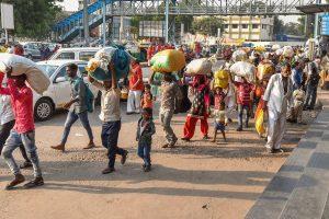 احمد آباد ریلوے اسٹیشن کے باہر بڑی تعداد میں مہاجر مزدور دیکھے جا سکتے ہیں۔ (فوٹو : پی ٹی آئی)