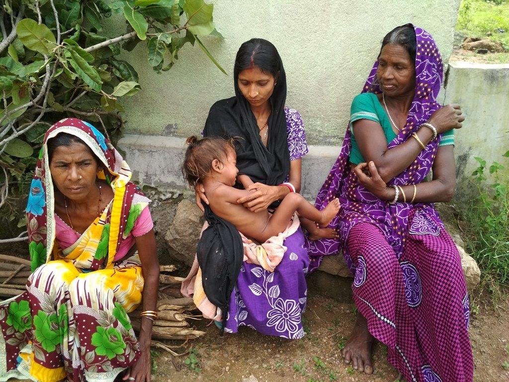 رانچی ضلع کی چندرا ٹولی گاؤں کی پنکی دیوی (بیچ میں)کو غذانہیں مل رہی ہے۔ (فوٹو : نیرج سنہا /دی وائر)