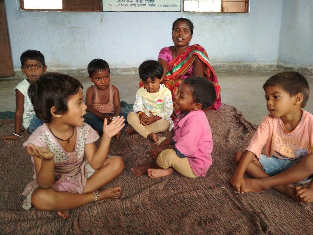 رانچی ضلع کے سدورگاؤں ڈھیلواکھونٹا کےآنگن باڑی مرکز میں بچوں کے ساتھ ایک خادمہ۔ (فوٹو : نیرج سنہا /دی وائر)