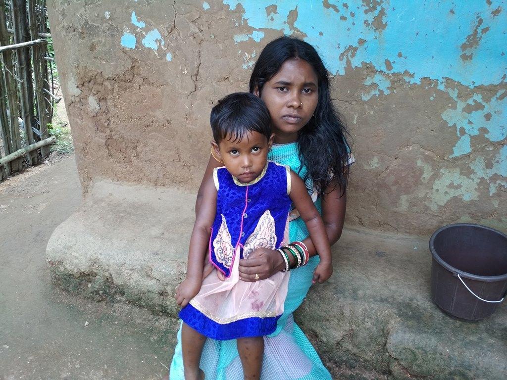 قبائلی خاتون گربالا اپنی بچی کے ساتھ۔ان کو ان دنوں غذا نہیں مل رہی ہے۔ (فوٹو : نیرج سنہا /دی وائر)