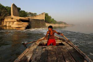 اتر پردیش کے کانپور شہر کے پاس گنگا ندی میں ملتا سیور کا پانی۔ (فائل فوٹو : دانش صدیقی / رائٹرس)