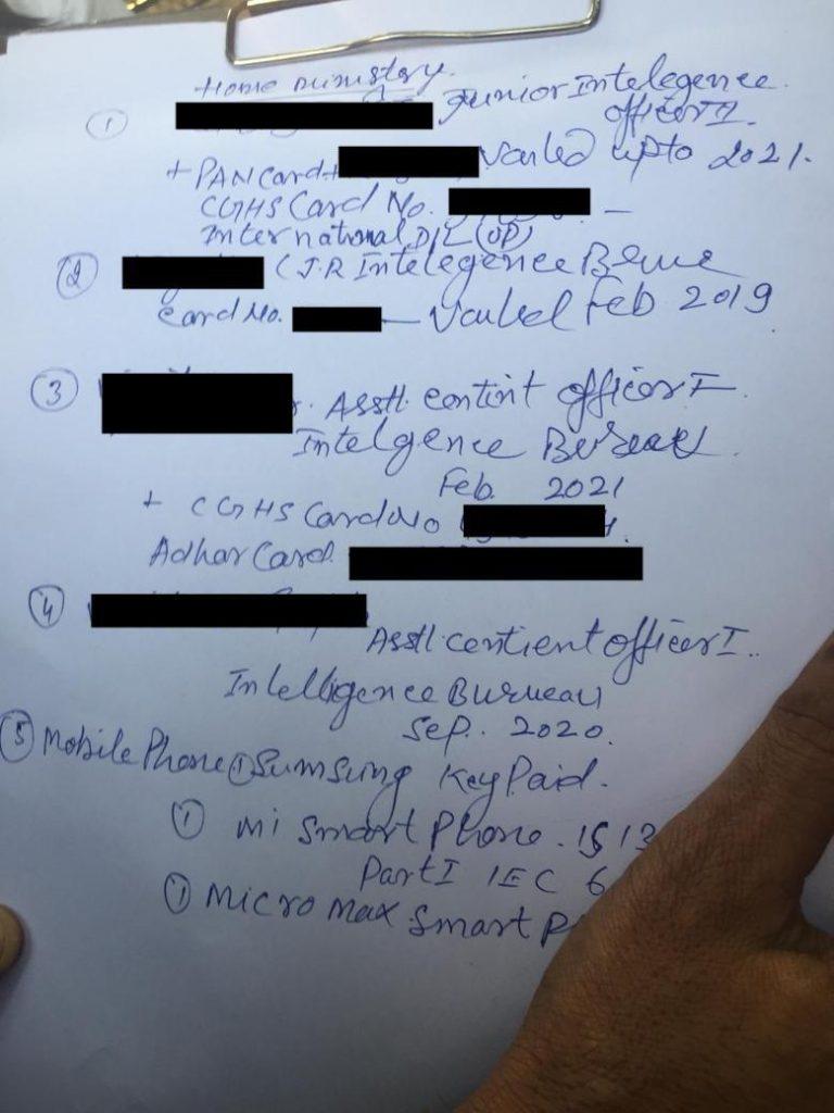 پکڑے گئے آئی بی جاسوسوں کے پاس سے ملے دستاویز۔ دی وائر نے جاسوسوں کے نام والی جگہ کو سیاہ کر دیا ہے۔