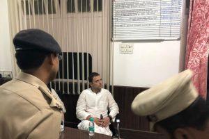 لودھی کالونی پولیس اسٹیشن میں راہل گاندھی ،فوٹو: اے این آئی