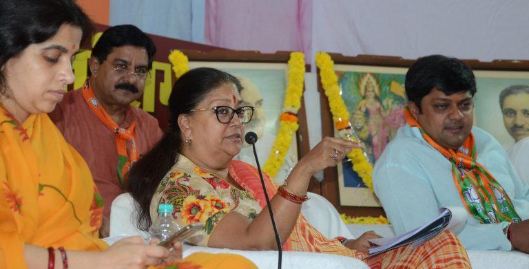 اپنےبیٹے دشینت سنگھ(ایم پی) اور ان کی بیوی نہاریکا کے ساتھ وزیراعلیٰ وسندھرا حکومتراجے۔ (فوٹو بشکریہ: فیس بک)