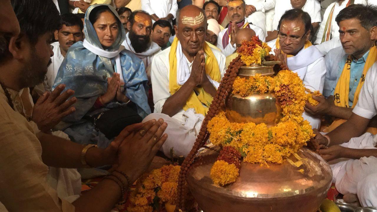 نرمدا پری کرما یاترا کے دوران دگوجئے سنگھ اپنی بیوی امرتا رائے کے ساتھ۔ (فائل فوٹو : فیس بک)