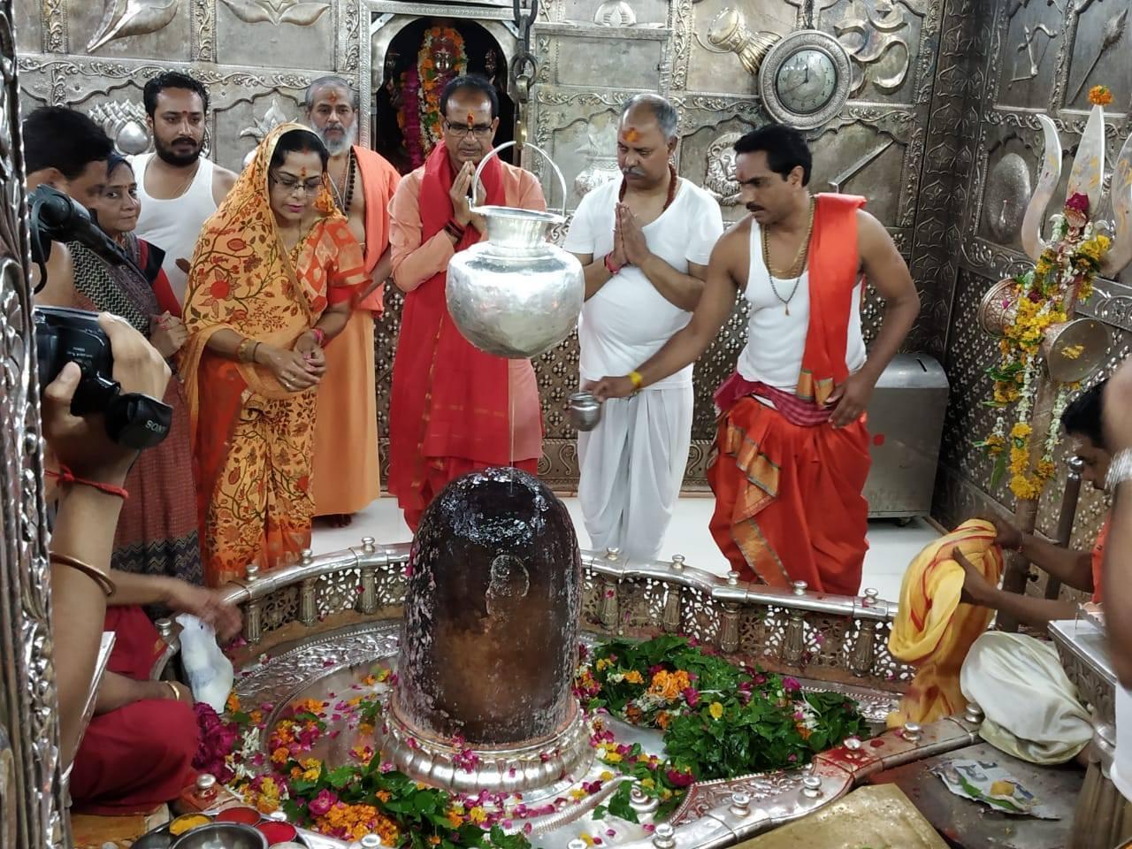 اجین واقع مہاکالیشور مندر میں مدھیہ پردیش کے وزیراعلیٰ شیوراج سنگھ چوہان اپنی بیوی کے ساتھ۔ (فائل فوٹو : فیس بک)