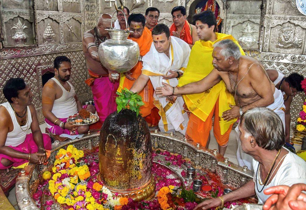 گزشتہ29 اکتوبر کو کانگریس نائب صدر راہل گاندھی اجین واقع مہاکالیشور مندر میں پوجا ارچنا کی۔ (فوٹو : پی ٹی آئی)
