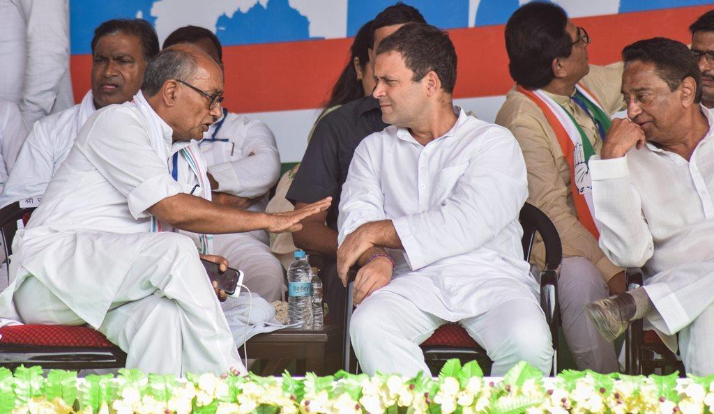 کانگریس صدر راہل گاندھی کے ساتھ دگوجئے سنگھ۔ (فوٹو : پی ٹی آئی)