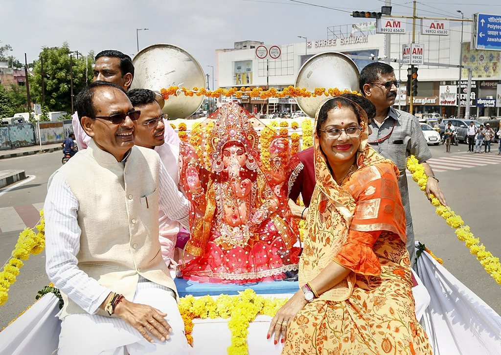بیوی سادھنا سنگھ کے ساتھ شیوراج سنگھ چوہان (فوٹو : پی ٹی آئی)