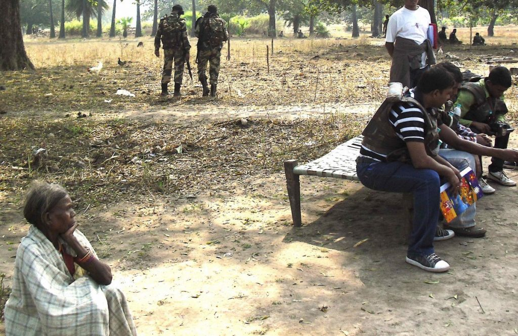 جنوری 2012 میں آگ زنی سے متاثر گاؤوں میں سے ایک میں سی بی آئی ٹیم۔