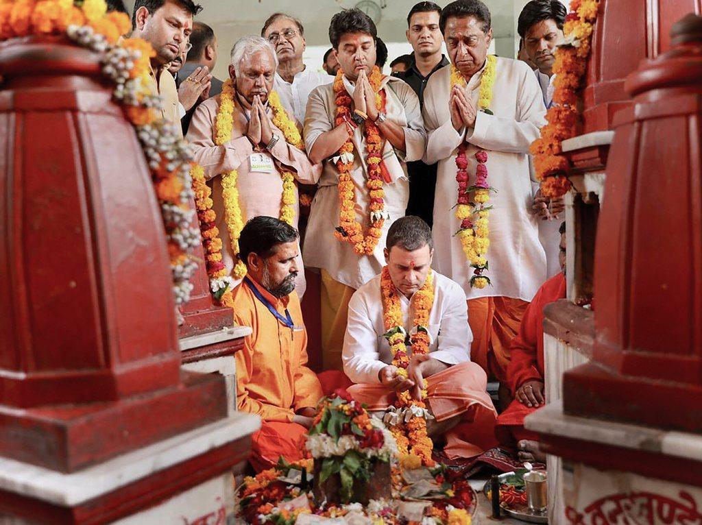 گزشتہ اکتوبر میں مدھیہ پردیش کی دتیا کے پیتامبرا پیٹھ میں پوجا کرتے کانگریس صدر راہل گاندھی، مدھیہ پردیش کانگریس صدر کمل ناتھ اور کانگریس رکن پارلیامان جیوترادتیہ سندھیا (فوٹو : پی ٹی آئی)