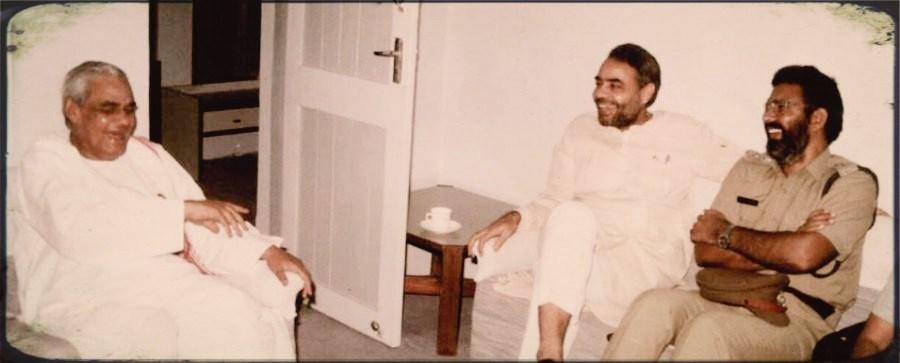سابق وزیر اعظم اٹل بہاری واجپائی کے ساتھ نریندر مودی اور ڈی جی ونجارہ