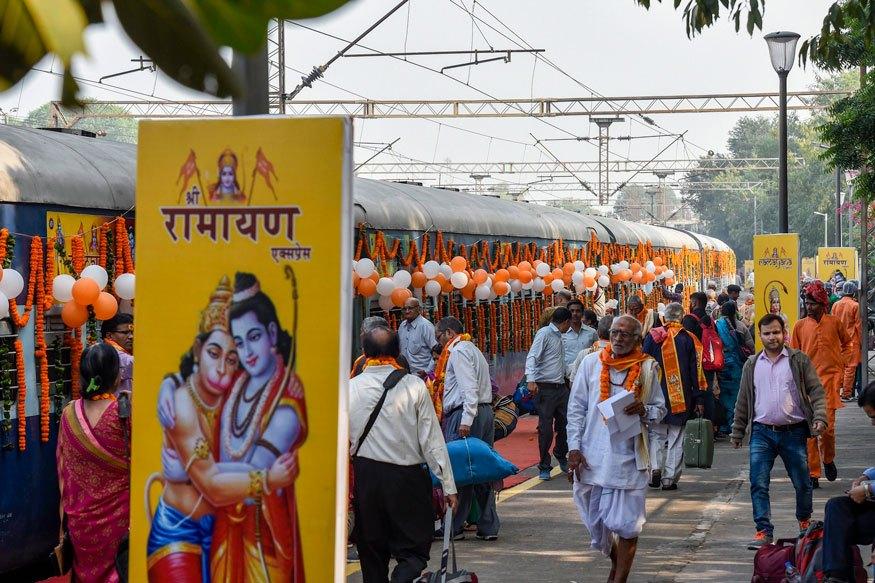 دہلی کے صفدرجنگ اسٹیشن پر شری رامائن ایکسپریس (فوٹو : پی ٹی آئی)