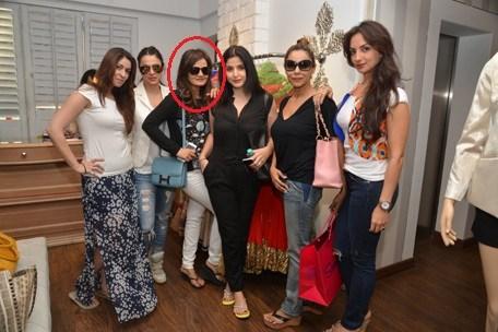 مختلف بالی ووڈ اداکاروں کی بیویوں بھاونا پانڈیہ، تانیا دیول، مہیت کپور، گوری خان اور سیما خان کے ساتھ دیپتی سندیسرا فوٹو بشکریہ : emirates247.com