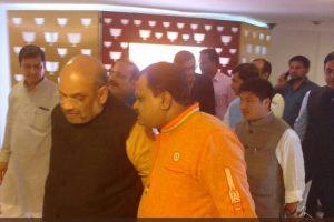 بی جے پی صدر امت شاہ کے ساتھ سدرشن ٹی وی نیوز کے ایڈیٹر سریش چہوانکے/ فوٹو : ٹویٹر