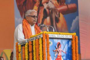 دہلی کے رام لیلا میدان میں وشو ہندو پریشد کی ریلی میں بولتے ہوئے آر ایس ایس کے سینئر رہنما بھیاجی جوشی (فوٹو : پی ٹی آئی)