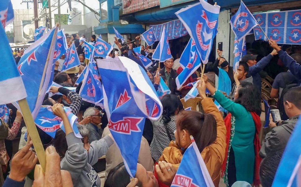 میزورم کی راجدھانی آئیزول واقع میزو نیشنل فرنٹ کے صدر دفتر پر اسمبلی انتخاب میں جیت درج کرنے کے بعد پارٹی کارکن۔/(فوٹو : پی ٹی آئی)