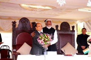 میزورم کے گورنر کے راج شیکھرن کے ساتھ جورام تھانگا (فوٹو: بشکریہ ٹوئٹر @Kummanam)
