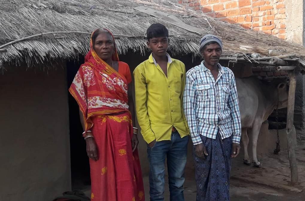 اپنے بیٹے کے ساتھ غریبن مانجھی اور ان کی بیوی۔ (فوٹو : امیش کمار رائے / دی وائر)