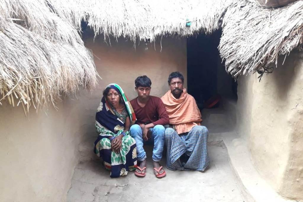 دیوکی مانجھی یومیہ مزدور ہیں۔ ان کی اقتصادی حالت اچھی نہیں ہے، جس کی وجہ سے جب ان کے بیٹے کو چوڑی فیکٹری میں کام دینے کی بات کہی گئی، تو نہ چاہتے ہوئے بھی وہ تیار ہو گئے۔ (فوٹو : امیش کمار رائے / دی وائر)