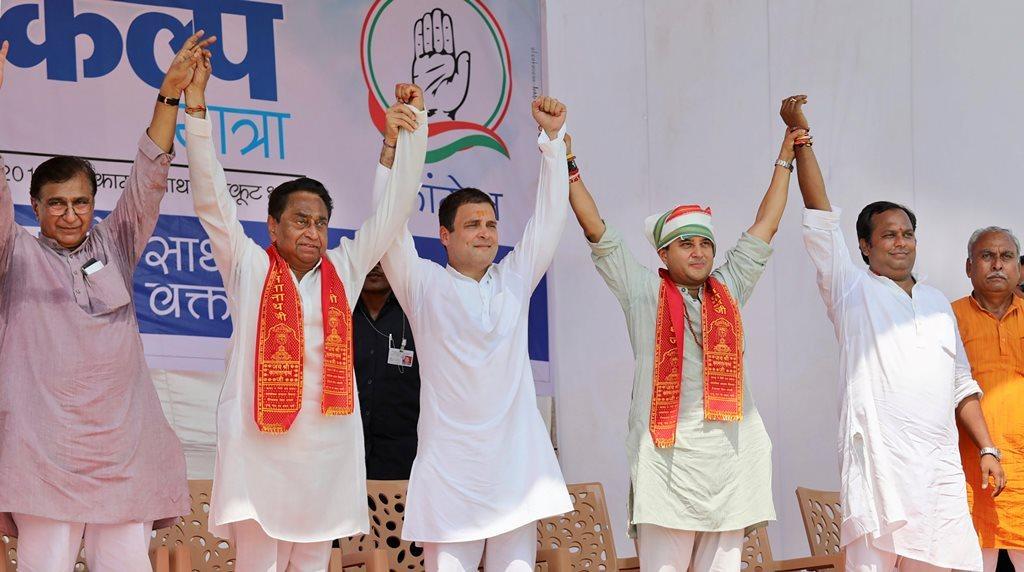 مدھیہ پردیش کی ایک انتخابی ریلی میں کمل ناتھ اور جیوترادتیہ سندھیا کے ساتھ کانگریس صدر راہل گاندھی (فوٹو : پی ٹی آئی)