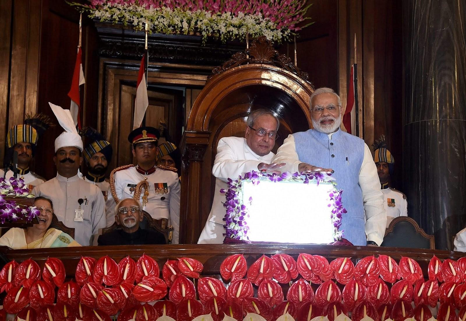 1 جولائی 2017 کو پارلیامنٹ کے خاص سیشن میں جی ایس ٹی کی شروعات کرتے وزیر اعظم نریندر مودی اور اس وقت کے صدر پرنب مکھرجی (فوٹو : پی ٹی آئی)