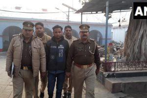 پولیس کے ساتھ کلیدی ملزم یوگیش راج/فوٹو: اے این آئی