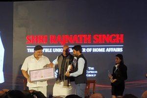 وزیر داخلہ راجناتھ سنگھ سے ایوارڈ لیتے ہوئے امت سنگھ