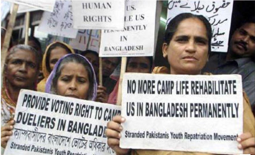 بنگلہ دیش میں موجود بہاری کمیونٹی اپنے حقوق کے لیے مظاہرہ کرتے ہوئے/ فائل فوٹو: رائٹرس