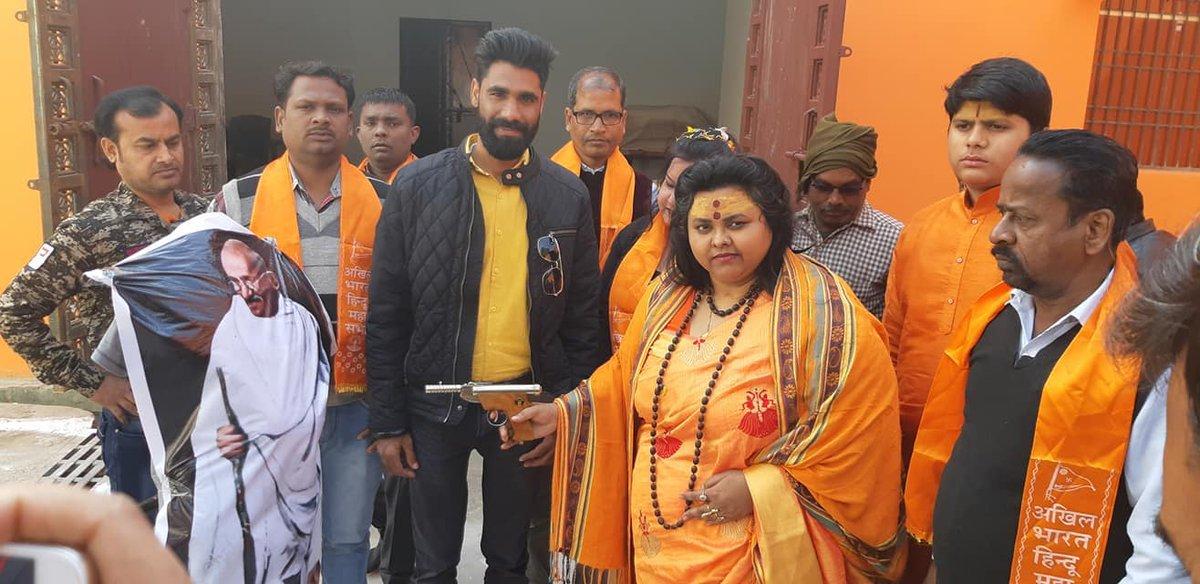 سال 2019 میں مہاتما گاندھی کے پتلے کو گولی مارتی ہوئی ہندو مہاسبھا کی رہنما پوجا شکن پانڈے (فوٹو: ٹوئٹر)
