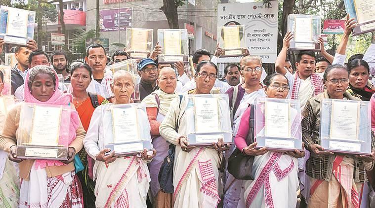 آسام تحریک میں جان گنوانے والے لوگوں کے رشتہ داروں نے شہریت بل کی مخالفت کرتے ہوئے ریاستی حکومت کے ذریعے دئے گئے میموریل نشان کو لوٹایا (فوٹو : پی ٹی آئی)