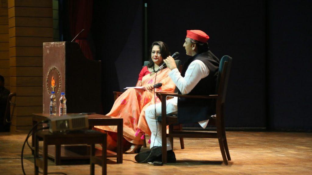 نئی دہلی میں دی وائر ڈائیلاگس میں اکھلیش یادو سے دی وائر کی سینئر ایڈیٹر عارفہ خانم شیروانی نے بات چیت کی۔ (فوٹو : دی وائر)