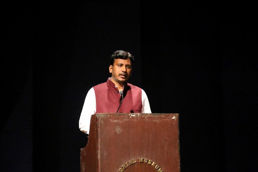 دی وائر ہندی کے دو سال پورے ہونے پر کلیدی خطبہ پیش کرتے وائر ہندی کےایگزیکٹو ایڈیٹربرجیش سنگھ۔ (فوٹو : دی وائر)