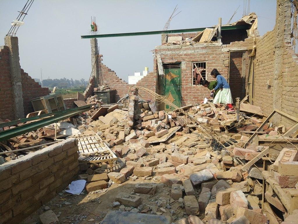علی وردی پور گاؤں کے تقریباً 150 گھر بارش اور ژالہ باری کے ساتھ آئے طوفان کی وجہ سے تباہ گئے ہیں۔ اس سے تقریباً ایک ہزار لوگ متاثر ہوئے ہیں۔ ان میں سے زیادہ تریومیہ مزدور ہیں۔ (فوٹو : روہن کمار /دی وائر)