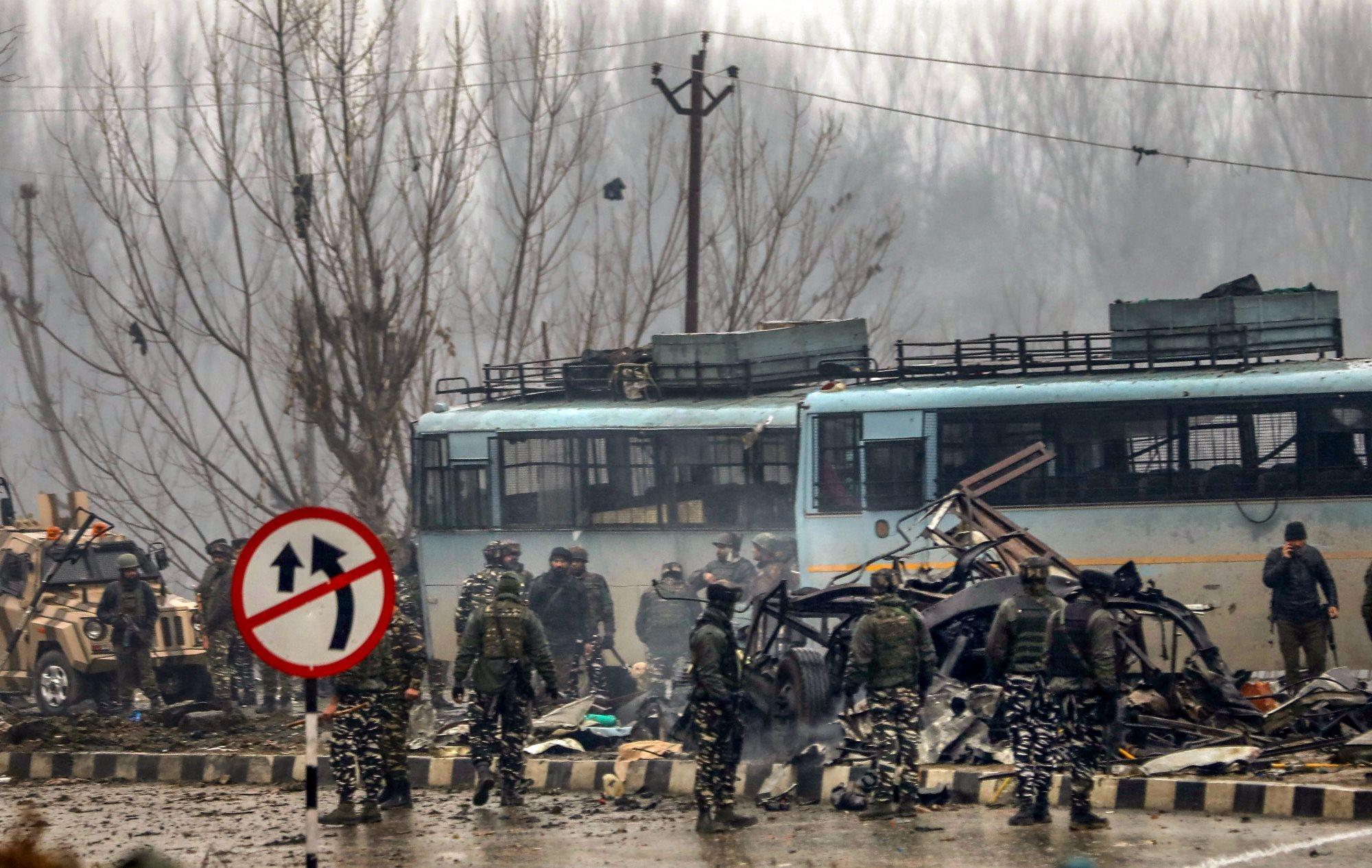 اونتی پورا میں دہشت گرد حملے کے بعد حفاظتی دستوں کے جوان (فوٹو : پی ٹی آئی)