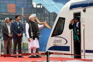 وندے بھارت ایکسپریس کو روانہ کرتے وزیر اعظم نریندر مودی (فوٹو: پی ٹی آئی)