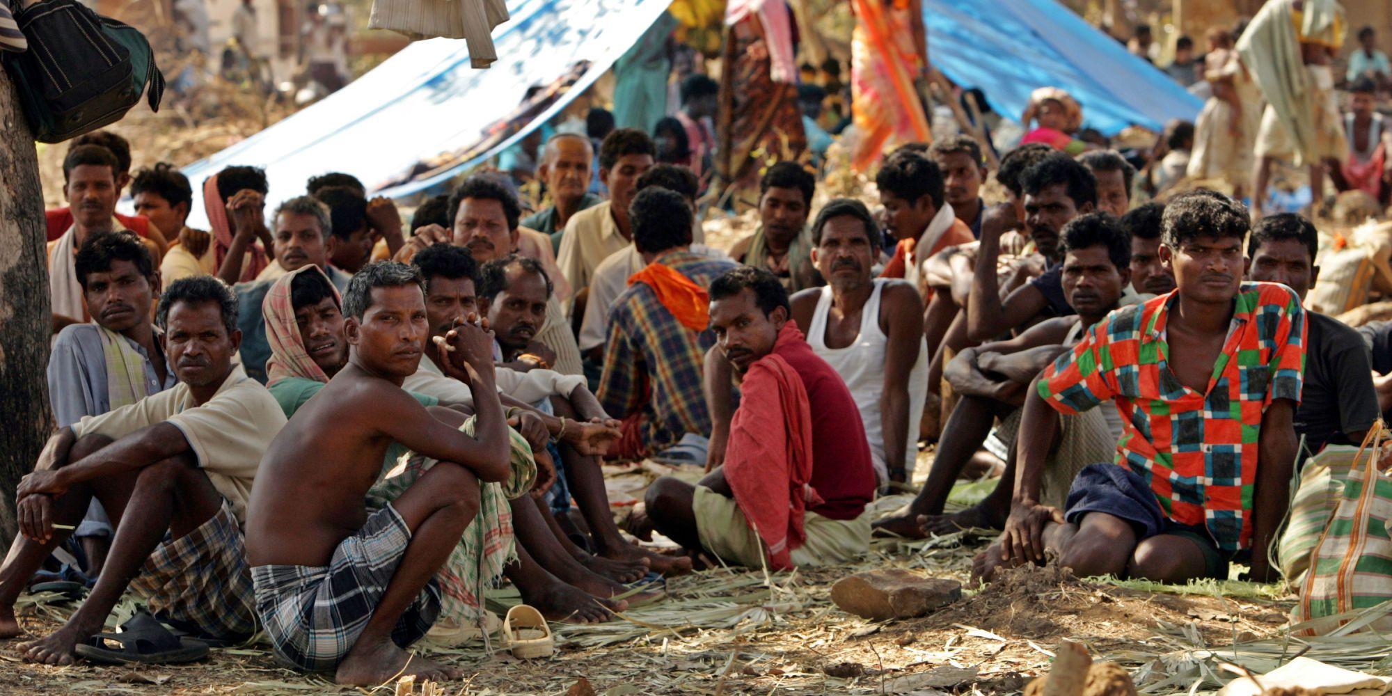 ہندوستان میں چھتیس گڑھ کے دھارباگڑا میں ایک کیمپ میں بیٹھے آدیواسی۔ (فائل فوٹو : رائٹرس)