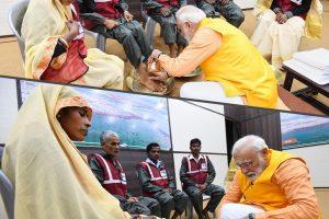 اتوار کو الہ آباد کے کمبھ میلے میں صفائی ملازموں کے پاؤں دھوتے وزیر اعظم نریندر مودی (فوٹو بہ شکریہ ٹوئٹر@BJP4India)
