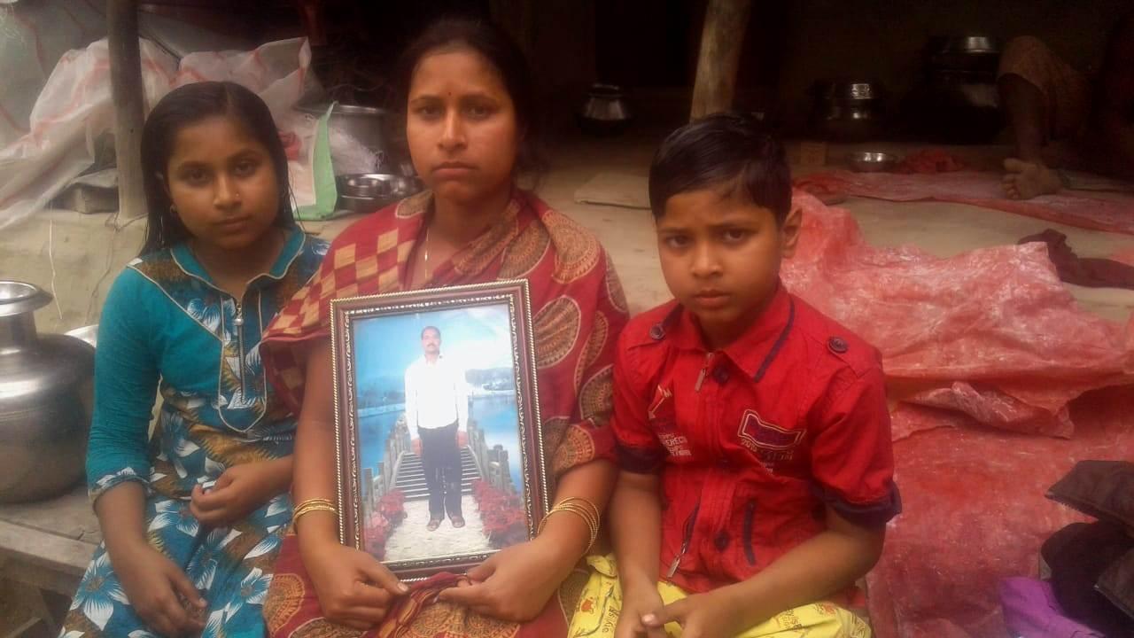 شاردا چٹ فنڈ گھوٹالہ سے متاثر پردیپ گاین کی بیوی شیکھا گاین اور ان کے بچے۔