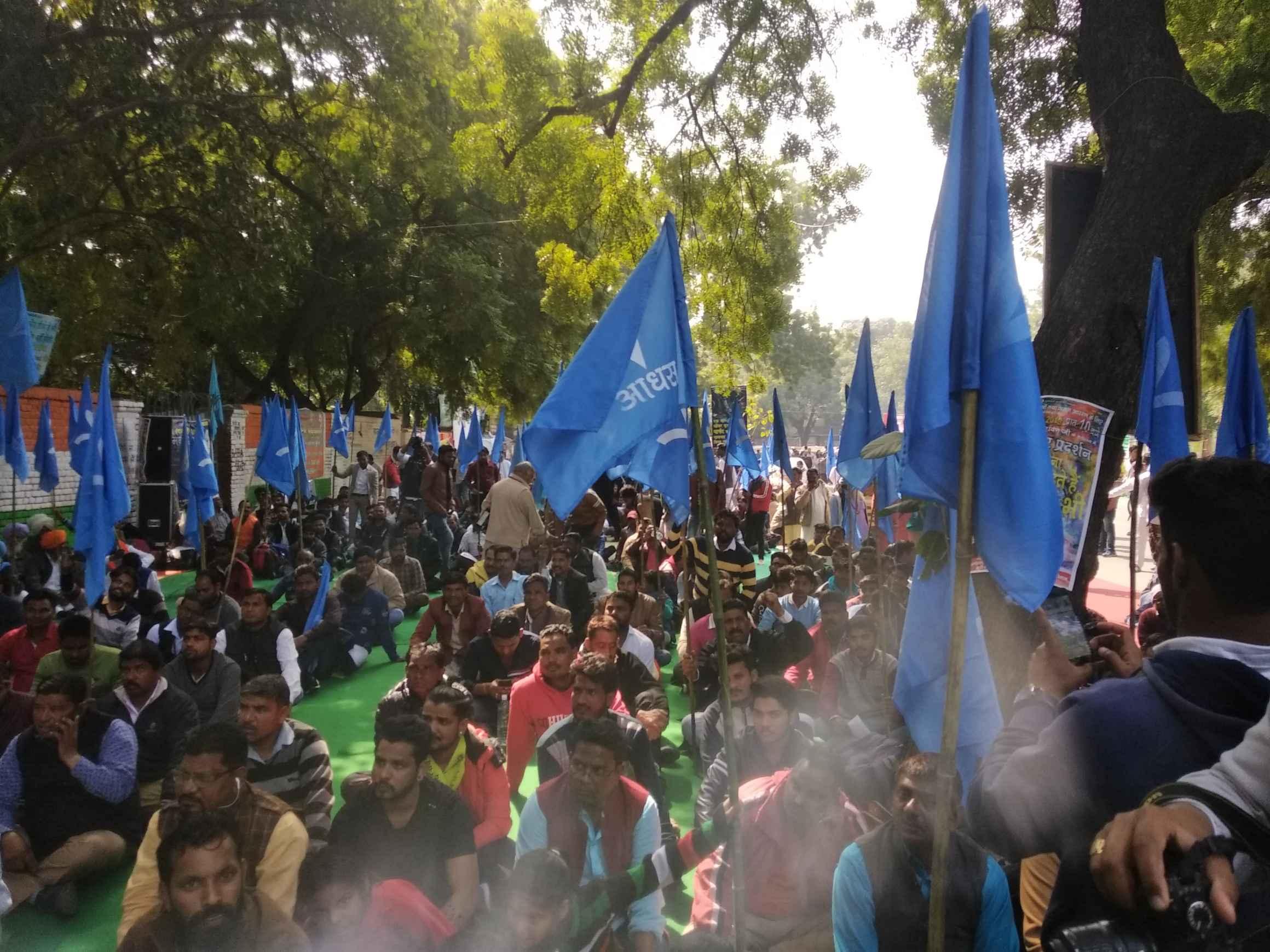 سیور میں صفائی ملازمین کی موت پر جنتر منتر پر مظاہرہ کرتے آدی سماج کے کارکن۔