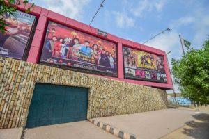 کراچی کے ایک سینما ہال میں ہندوستانی فلموں کا پوسٹر ،فوٹو بہ شکریہwww.kbcuratorial.com