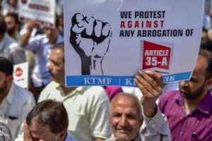 35 اے میں مجوزہ تبدیلی کے خلاف مظاہرہ/ فوٹو : پی ٹی آئی