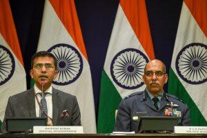 وزارت خارجہ کے ترجمان رویش کمار اور ایئر وائس مارشل آر جی کے کپور نے بدھ کو نئی دہلی میں پریس کانفرنس کی۔ (فوٹو : پی ٹی آئی)