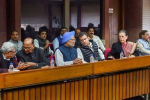 نئی دہلی میں ہوئے اپوزیشن کی میٹنگ میں شامل سابق وزیر اعظم منموہن سنگھ، کانگریس صدر راہل گاندھی، کانگریس کی سینئر رہنما سونیا گاندھی، این سی پی صدر شرد پوار، سی پی آئی ایم کے جنرل سکریٹری سیتارام یچوری اور شرد یادو۔ (فوٹو : پی ٹی آئی)