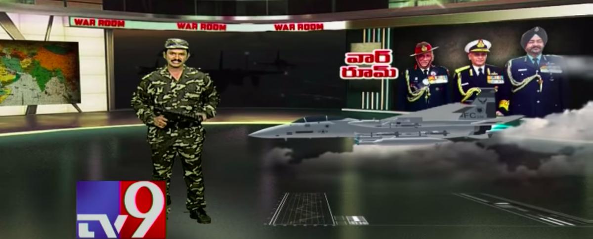انڈین ایئر فورس کی ایئر اسٹرائک کے بارے میں بتاتے ہوئے تیلگو چینل ٹی وی 9 پر فوجی لباس میں، ہاتھ میں ایک ٹوائی گن لئے اینکر(فوٹو بہ شکریہ: یوٹیوب اسکرین شاٹ)
