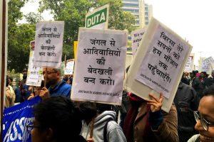 جنگل سے آدیواسیوں کو بے دخل کرنے کے مدعے پر نئی دہلی میں مختلف آدیواسی تنظیموں کا مظاہرہ (فوٹو : سنتوشی مرکام / دی وائر)